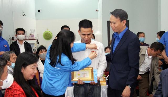 Người hùng cứu bé gái 3 tuổi nhận huy hiệu Tuổi trẻ dũng cảm - 4