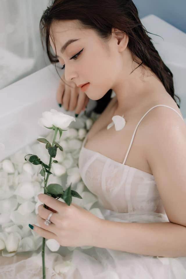 Loạt ảnh bikini nóng bỏng của cô gái mặc áo dài đẹp như Mai Phương Thúy - 4