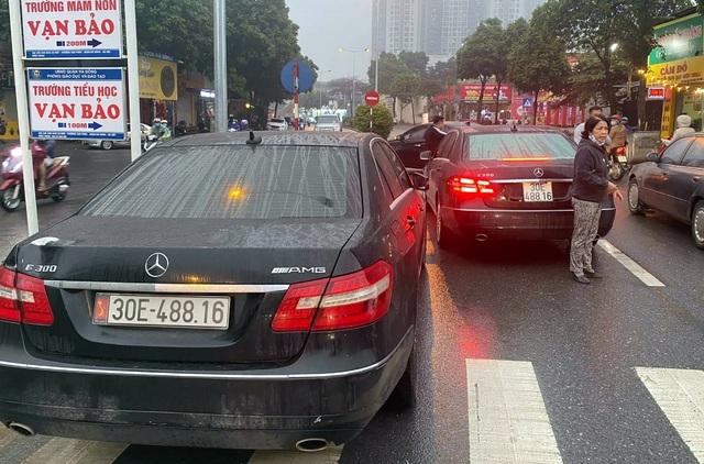 Diễn biến mới nhất vụ 2 xe Mercedes trùng biển số chạm mặt nhau ở Hà Nội - 1