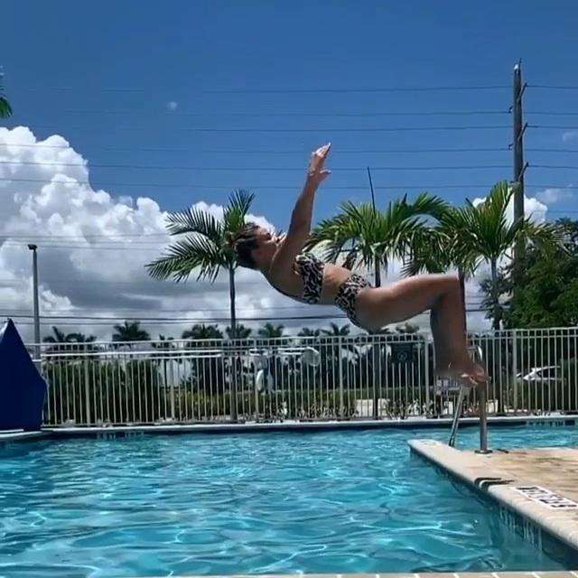 Nữ võ sĩ xinh đẹp gây sốt với loạt ảnh thư giãn tại hồ bơi - 2