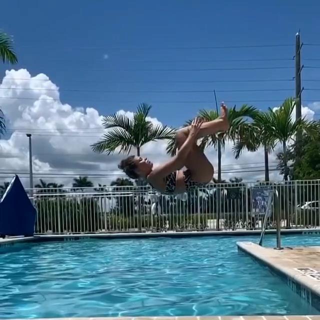 Nữ võ sĩ xinh đẹp gây sốt với loạt ảnh thư giãn tại hồ bơi - 3