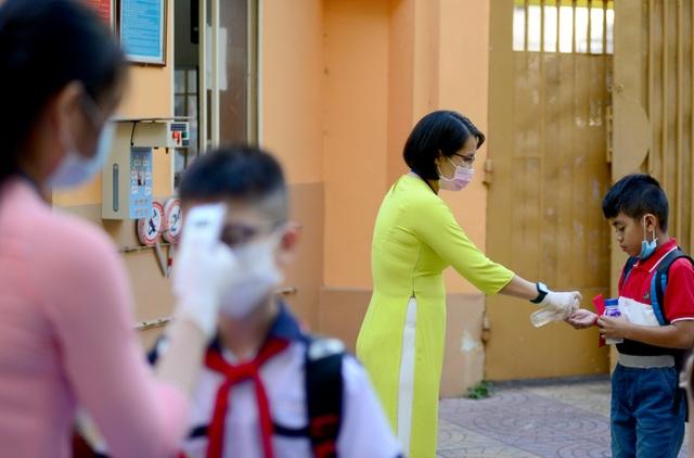Chùm ảnh: Học sinh Sài Gòn háo hức trở lại trường sau gần 1 tháng nghỉ Tết - 18