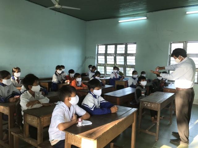 Học sinh ở vùng dịch vắng nhiều trong ngày đầu đi học trở lại - 4