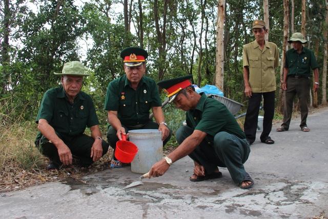 Biệt đội vá lộ với 30.000 đồng lương hưu của các cựu binh U70 ở Cà Mau - 4