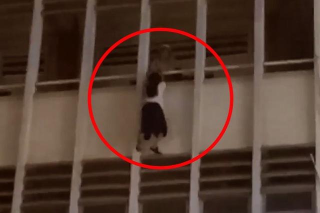 Nghẹt thở giải cứu nữ sinh lơ lửng bên ngoài lan can tầng 3 trường học - 1