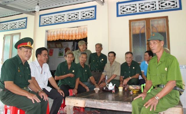 Biệt đội vá lộ với 30.000 đồng lương hưu của các cựu binh U70 ở Cà Mau - 1