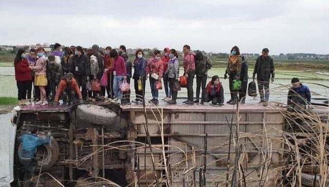 Xe chở công nhân lật xuống ruộng, hàng chục người chen chân trên thành xe - 1