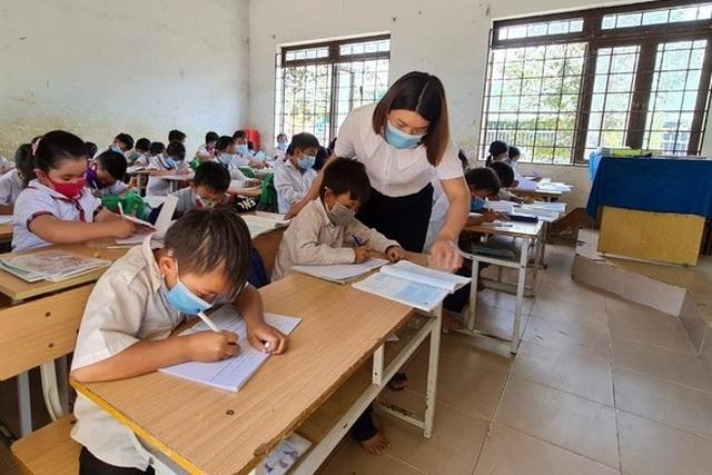 Thầy cô giáo vùng cao góp tiền, đỡ đầu học sinh nghèo - 2