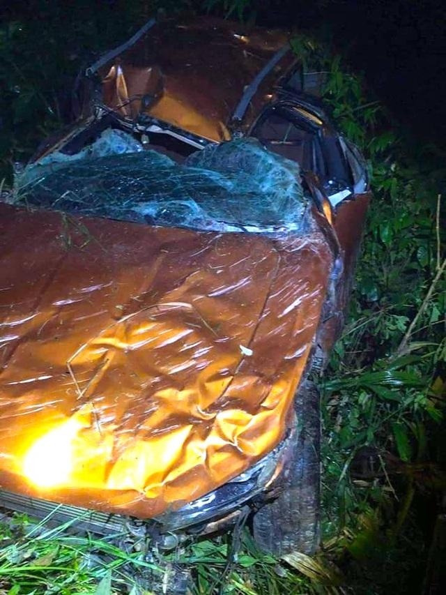 Chiếc xe bán tải hư hỏng nặng sau vụ rơi xuống vực sâu hơn 100m.