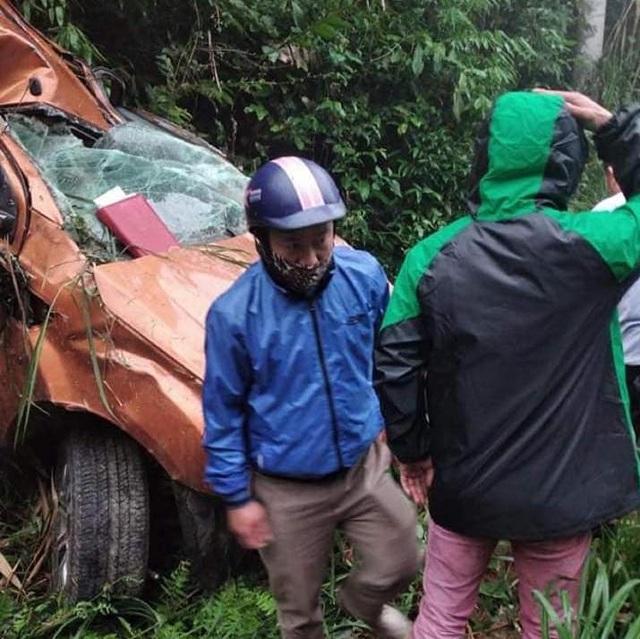 Nhiều người dân địa phương phát hiện đến cấp cứu các nạn nhân bị tai nạn.