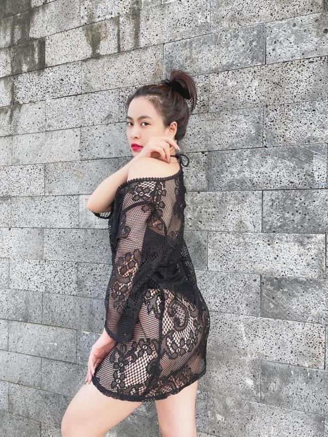 Diện đồ bơi và váy lưới, Hoàng Thùy Linh phô diễn đường cong táo bạo - 2
