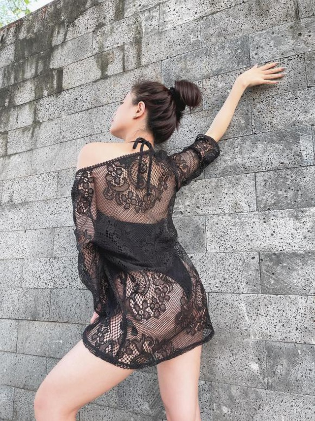 Diện đồ bơi và váy lưới, Hoàng Thùy Linh phô diễn đường cong táo bạo - 3