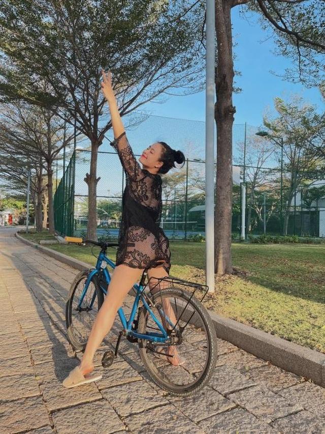 Diện đồ bơi và váy lưới, Hoàng Thùy Linh phô diễn đường cong táo bạo