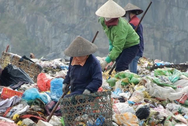 Những phụ nữ bươn chải kiếm 200.000 đồng/ngày tại bãi rác Khánh Sơn - 2
