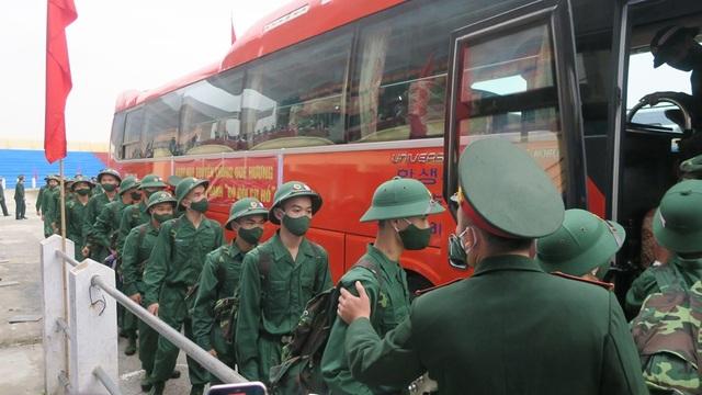 Hơn 2.000 tân binh đất Cảng lên đường nhập ngũ - 1
