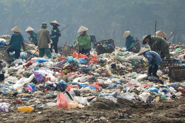 Những phụ nữ bươn chải kiếm 200.000 đồng/ngày tại bãi rác Khánh Sơn - 1