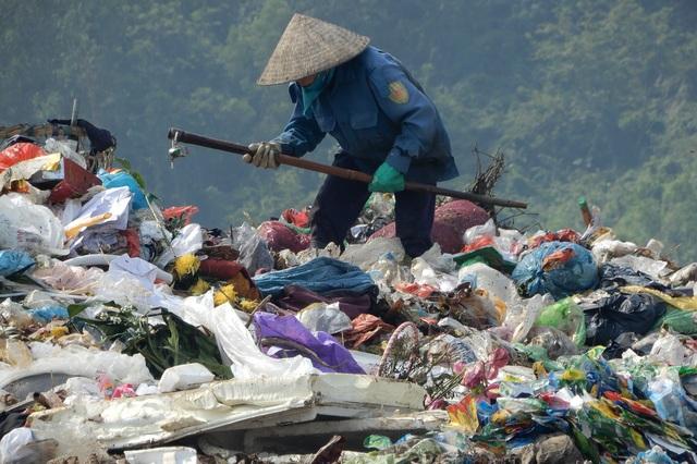 Những phụ nữ bươn chải kiếm 200.000 đồng/ngày tại bãi rác Khánh Sơn - 3