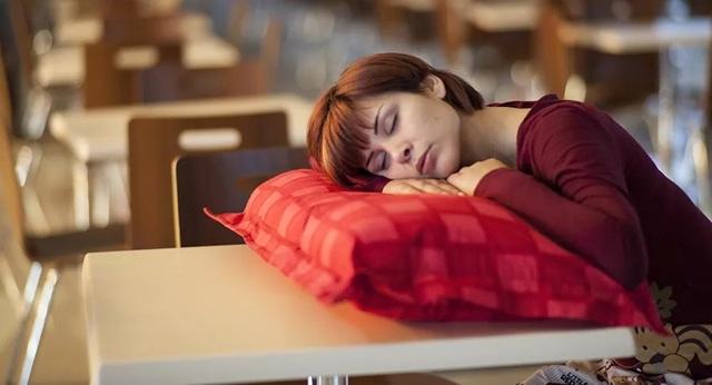 Ban ngày buồn ngủ có thể là dấu hiệu của một căn bệnh hiếm gặp - 1