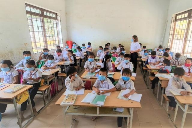 Thầy cô giáo vùng cao góp tiền, đỡ đầu học sinh nghèo - 1
