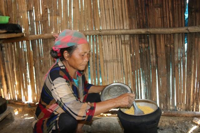 Tận mắt chứng kiến cảnh bà cháu ăn cơm trắng chan nước lã mà lòng đau nhói! - 8