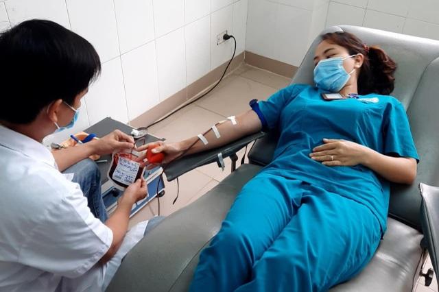 Bác sĩ, điều dưỡng hiến gần 1 lít máu cứu 2 bệnh nhân nguy kịch - 1