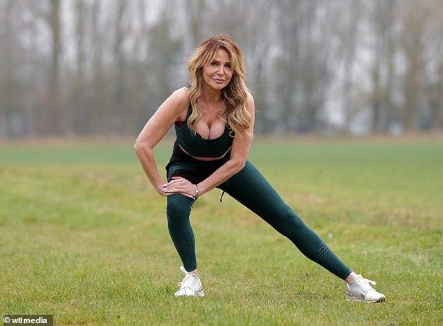 MC U60 Lizzie Cundy mặc gợi cảm đi tập thể dục - 3