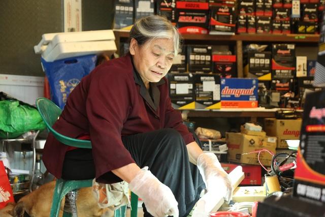 Người phụ nữ 72 tuổi sửa chữa ô tô: 50 năm gắn bó bởi tình yêu nghề - 2