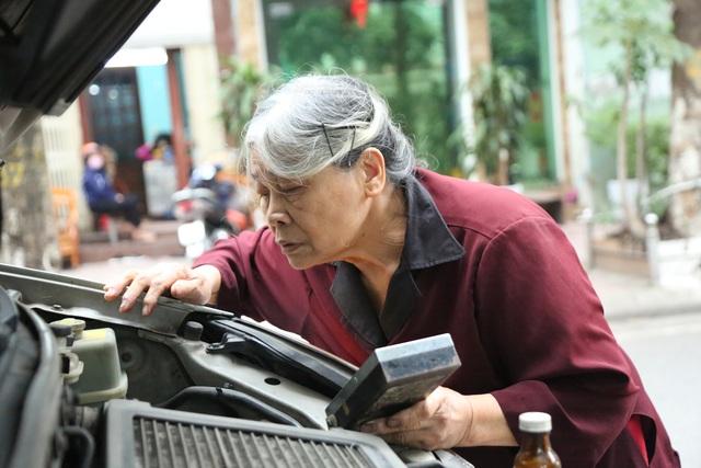 Người phụ nữ 72 tuổi sửa chữa ô tô: 50 năm gắn bó bởi tình yêu nghề - 8