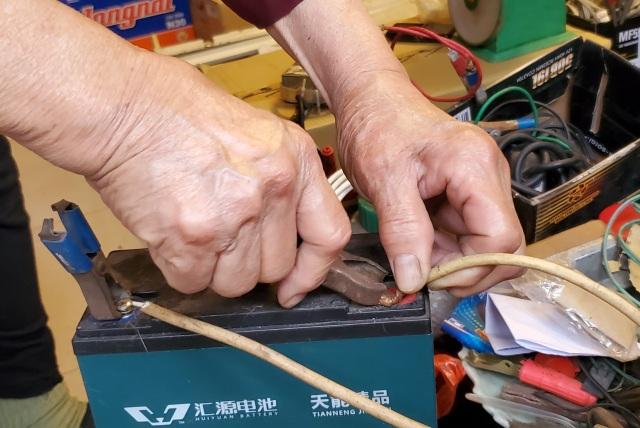 Người phụ nữ 72 tuổi sửa chữa ô tô: 50 năm gắn bó bởi tình yêu nghề - 5