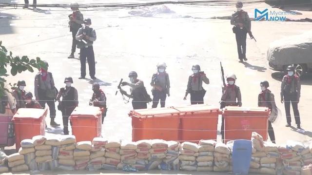 Bạo lực leo thang, ít nhất 19 cảnh sát Myanmar chạy sang Ấn Độ xin tại nạn - 1