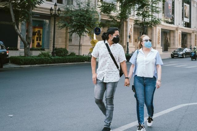 Thanh Hà dành nụ hôn ngọt ngào cho bạn trai khi cùng đi dạo phố - 7