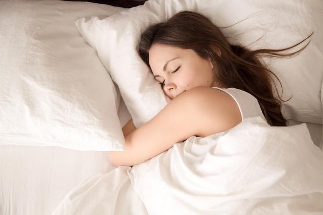 Sử dụng điện thoại thông minh ảnh hưởng rất xấu đến chất lượng giấc ngủ - 1