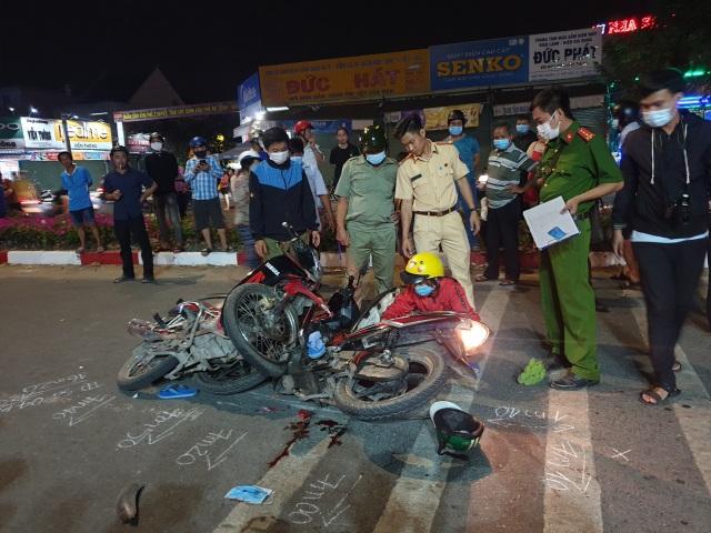 Xe máy tông nhau kinh hoàng trong đêm, 3 người thương vong - 1