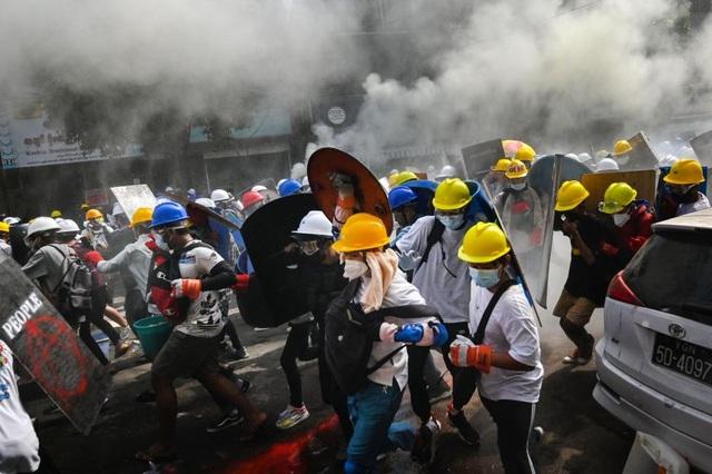 Singapore kêu gọi công dân rời Myanmar sau ngày biểu tình đẫm máu - 1