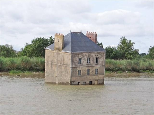 Ngôi nhà hoang nằm xiêu vẹo trên sông, về đêm phát ra thứ ánh sáng rùng rợn - 1