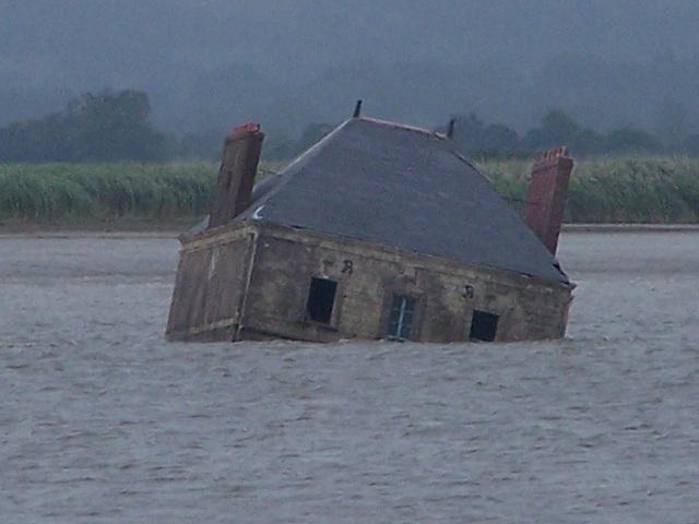 Ngôi nhà hoang nằm xiêu vẹo trên sông, về đêm phát ra thứ ánh sáng rùng rợn - 3