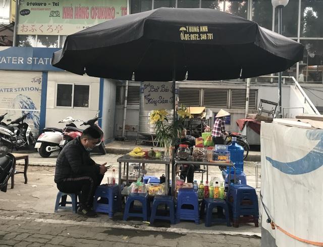 Trà đá vỉa hè ở Hà Nội vẫn ngang nhiên bày bán bất chấp lệnh cấm - 3