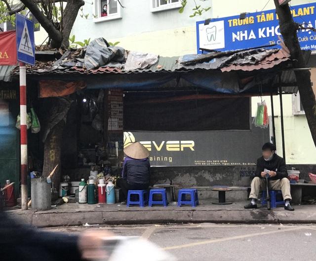 Trà đá vỉa hè ở Hà Nội vẫn ngang nhiên bày bán bất chấp lệnh cấm - 4