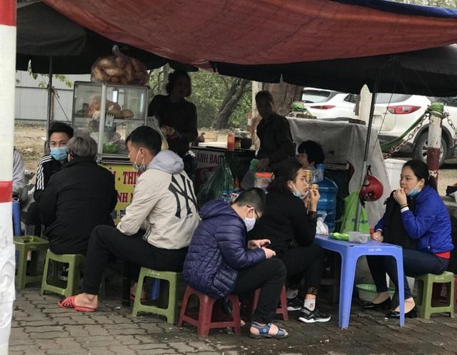 Trà đá vỉa hè ở Hà Nội vẫn ngang nhiên bày bán bất chấp lệnh cấm - 5