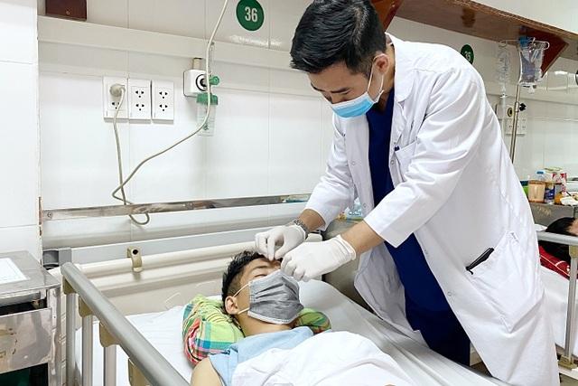 Thanh niên vào viện cấp cứu với thanh sắt dài 12cm cắm xuyên mặt - 3