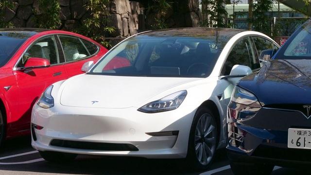 Sản xuất không kịp để bán, Tesla vẫn giảm giá xe - 1