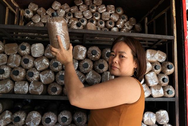 Người phụ nữ vươn lên thoát nghèo nhờ mô hình trồng nấm - 1