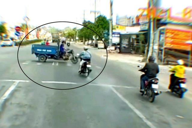 Cô gái lao xe máy như tên bắn vượt đèn đỏ, tông lật xe ba gác - 1