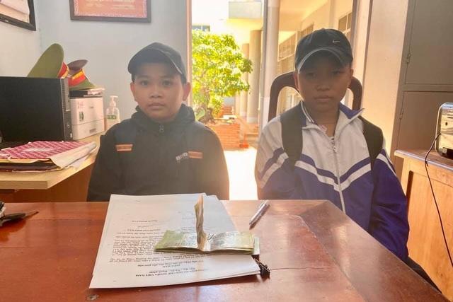 Hai học sinh lớp 6 nhờ công an trả lại 1,5 triệu đồng nhặt được - 1