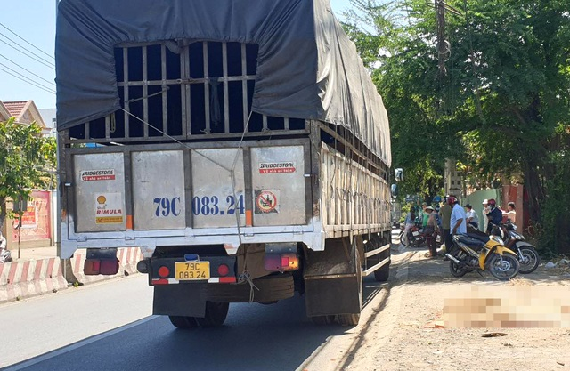 Lao vào xe tải dừng bên đường, một thanh niên chết thảm - 1