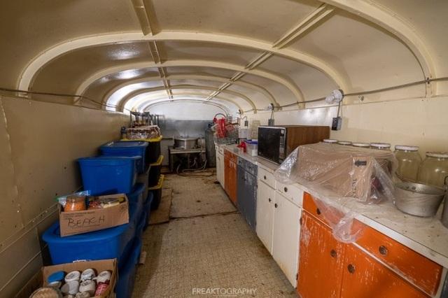 Cụ ông chi tiền mua hàng chục xe buýt đem chôn làm hầm trú ẩn - 6