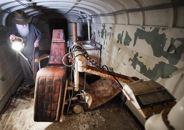 Cụ ông chi tiền mua hàng chục xe buýt đem chôn làm hầm trú ẩn - 7