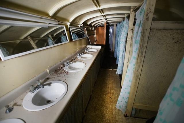 Cụ ông chi tiền mua hàng chục xe buýt đem chôn làm hầm trú ẩn - 8