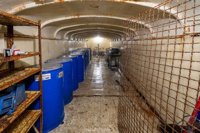 Cụ ông chi tiền mua hàng chục xe buýt đem chôn làm hầm trú ẩn - 9