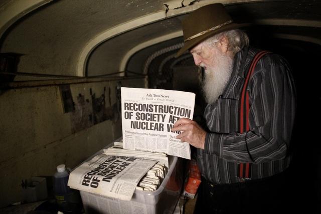 Cụ ông chi tiền mua hàng chục xe buýt đem chôn làm hầm trú ẩn - 12